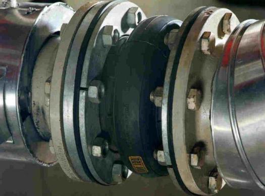 Установленный на трубопровод резиновый компенсатор